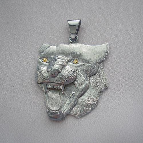 Krásný zlatý přívěšek z bílého zlata pro milovníky kočkovitých šelem. Hlava pantera s diamantovýma očima jistě zaujme na první pohled.