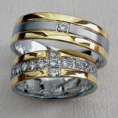 Tyto snubní prsteny byly vyhotoveny na přání zákazníka z bílého a žlutého zlata, Jsou rozděleny drážkou na tři části. V prostřední matné z bílého zlata je vsazen drobný kamínek, v dámské variantě jsou kamínky po celé drážce.