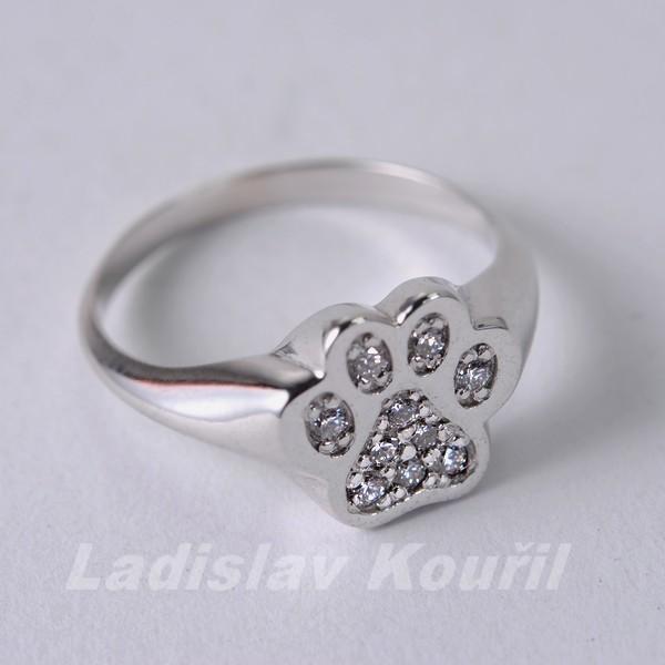 Prsten vyrobený na přání zákazníka jako zásnubní prsten v motivu psí tlapky. Kombinace bílé zlato a brilianty.