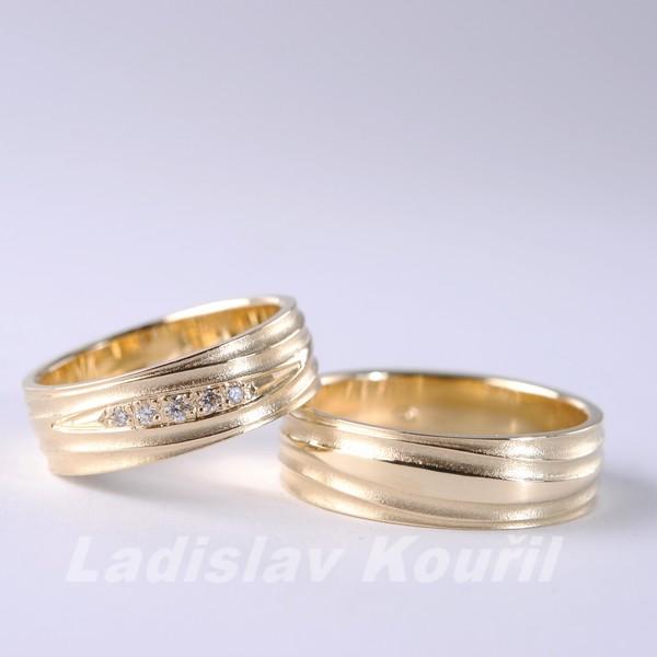 Výroba snubních prstenů dle přání zákazníka s moderním plastickým reliéfem.