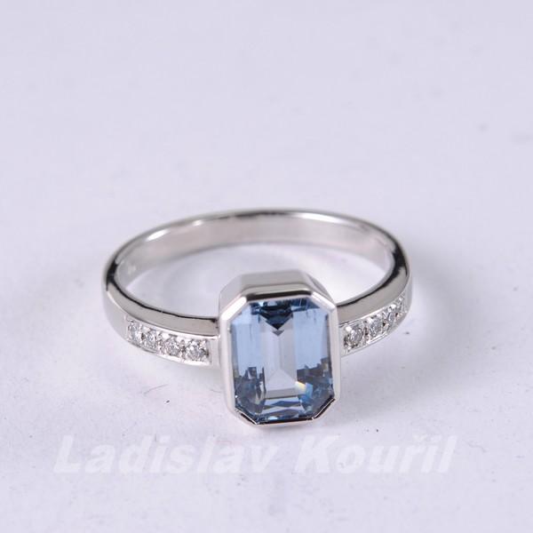 Prsten z bílého zlata s akvamarínem a diamanty podle přání zákaznice.