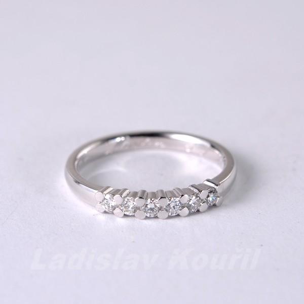 Výroba prstenu z bílého zlata s diamanty podle přání zákaznice.