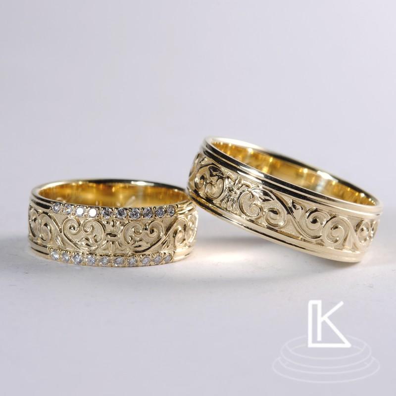 snubní prsteny vyrobené v orientálním stylu s plastickým rostlinným reliéfem