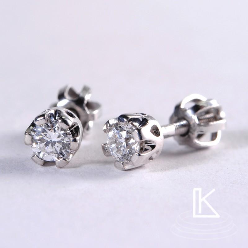naušnice byly vyrobeny do sady k prstenu osazené diamanty do tzv. korunky