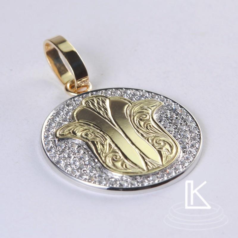 přívěsek byl vyroben z kombinace žlutého a bílého zlata s ručně orytým rostlinným motivem a bohatě osázený zirkony