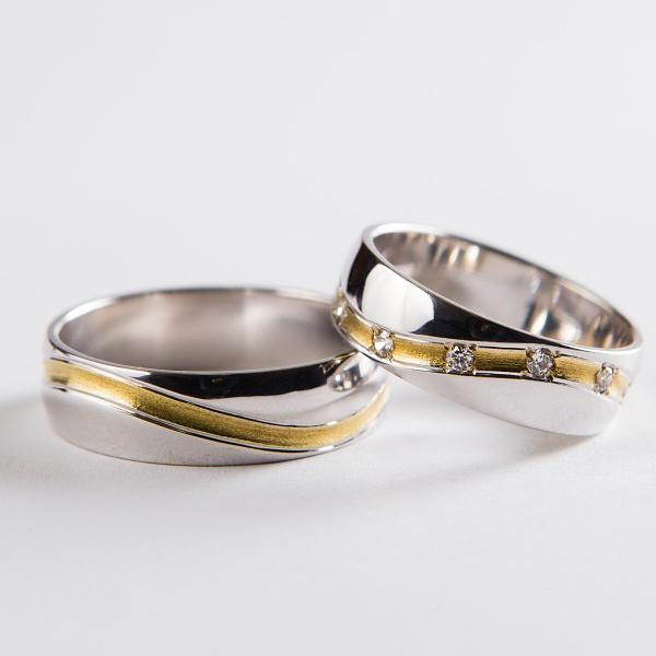 Elegantní snubní prsteny z bílého zlata se zvlněnou drážkou