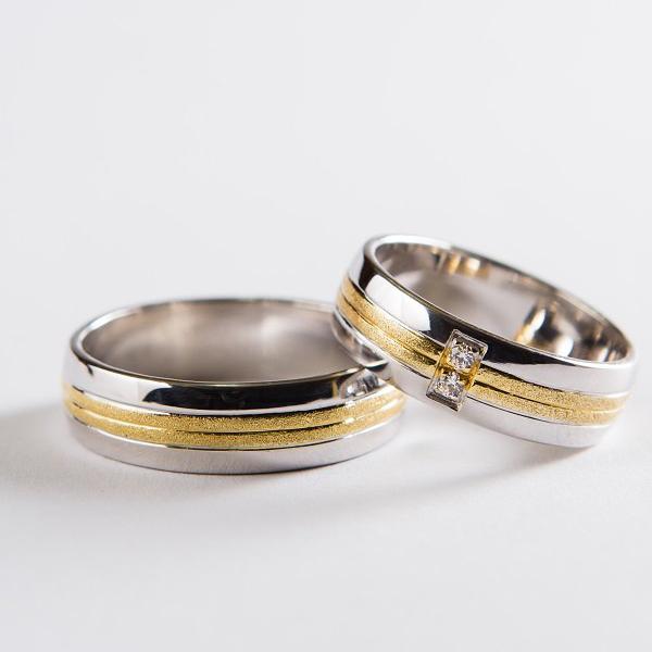 Snubní prsteny z bílého zlata s pruhem ze žlutého zlata